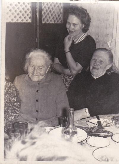 Aasi talu köögis, Erlinde üleval, Kakkum Ann paremal, Ader Anna vasakul