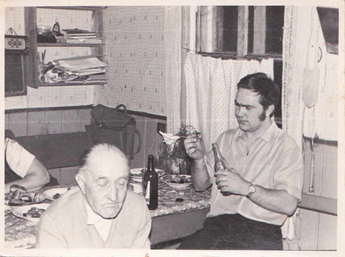 Usindi köögis, sünnipäev: vasakult Aasi Hindrik ja Aasi Aare