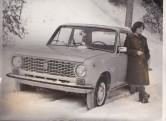 Ester Rand kollase žigulii juures. Esimene auto. Ranna Valdur sai hea töö eest sohvoosis autoostu loa.