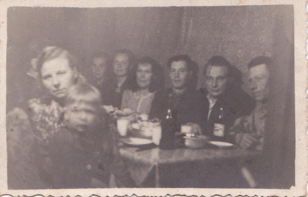 Paremalt: Laas Post, Artur Talk, Juhan Salumäe, Anna Salumäe, Helmi Laaster. Eespool Uuelu Linda, poiss Leevi.