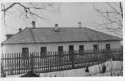 Lepaku koolimaja. Ula külas vana raudtee ääres.