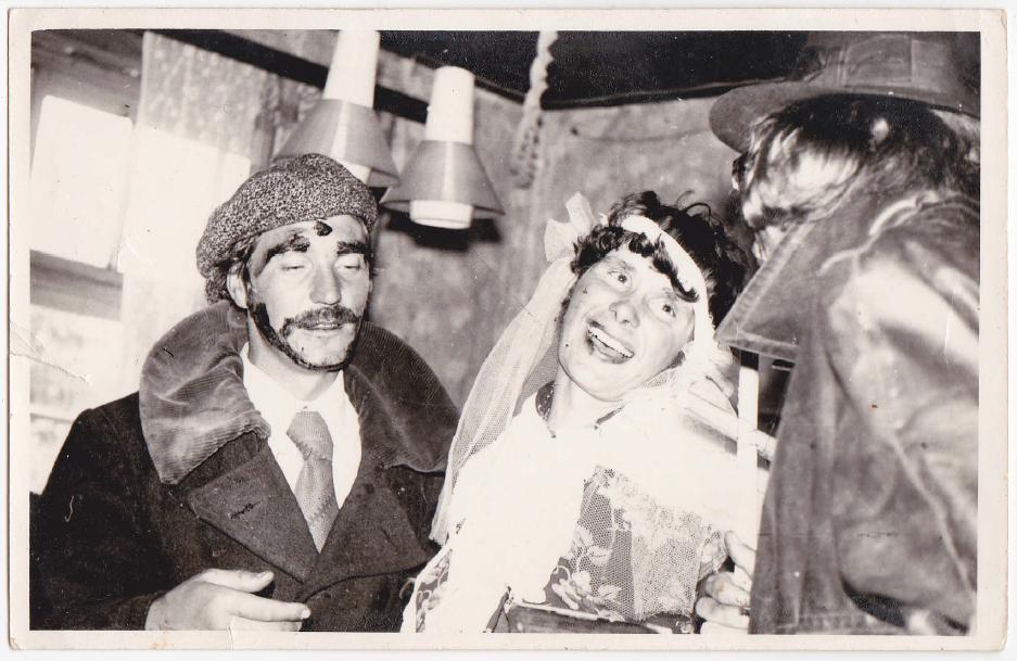 Valepruudid Aasi Aare pulmas. Pruudiks külavanem Endel. 1975