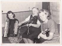 Sünnipäev Usindis. Paremalt Pauliine Oeselg , Ann Kakkum, Helmi Talk
