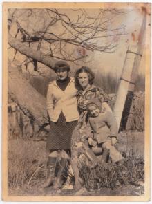 Aasi talu hoovis, kastani juures, vasakult: Ester Rand, Irina Kakum, Liia Kakum